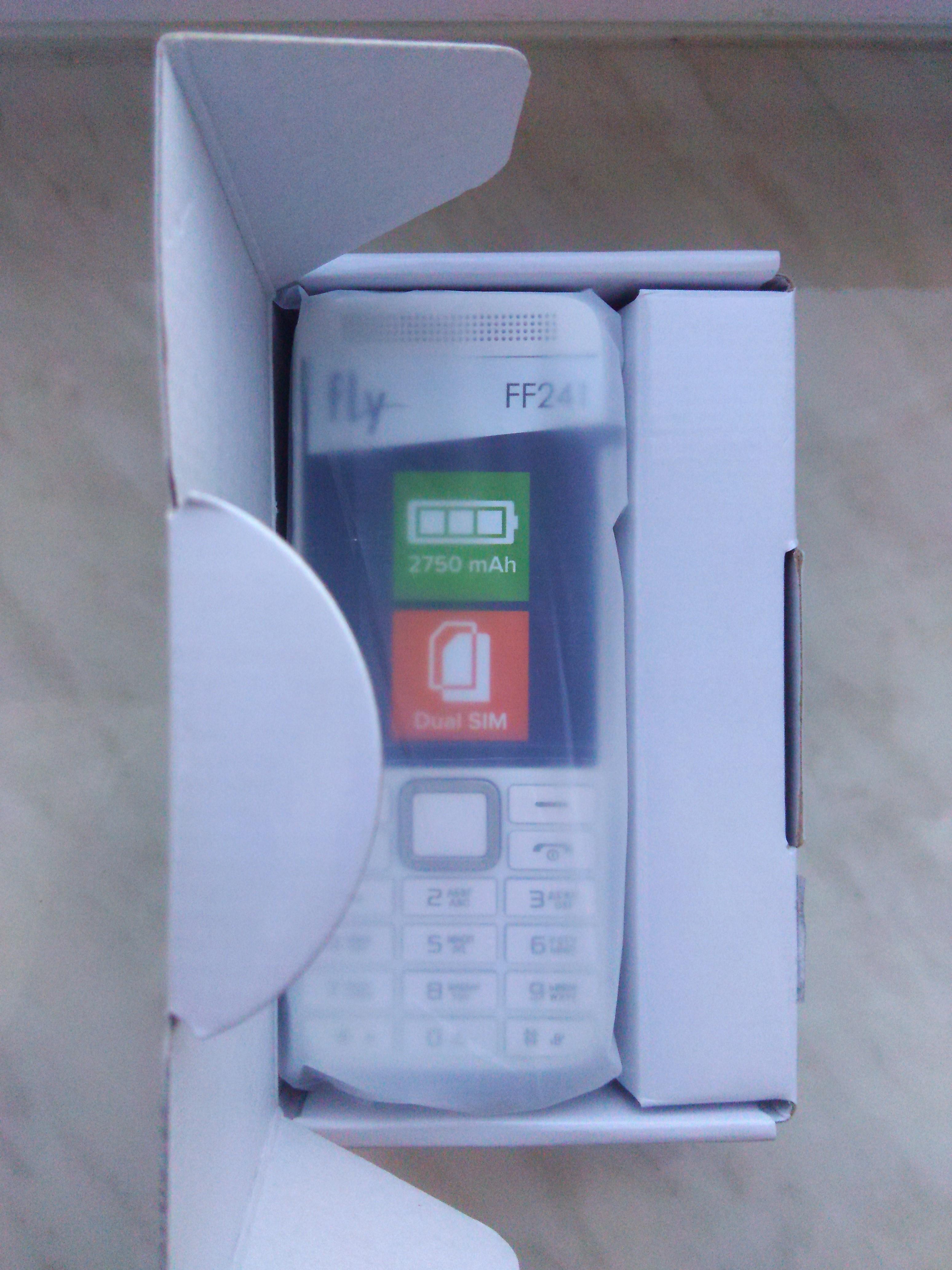 Сам телефон, пока еще в фабричной упаковке