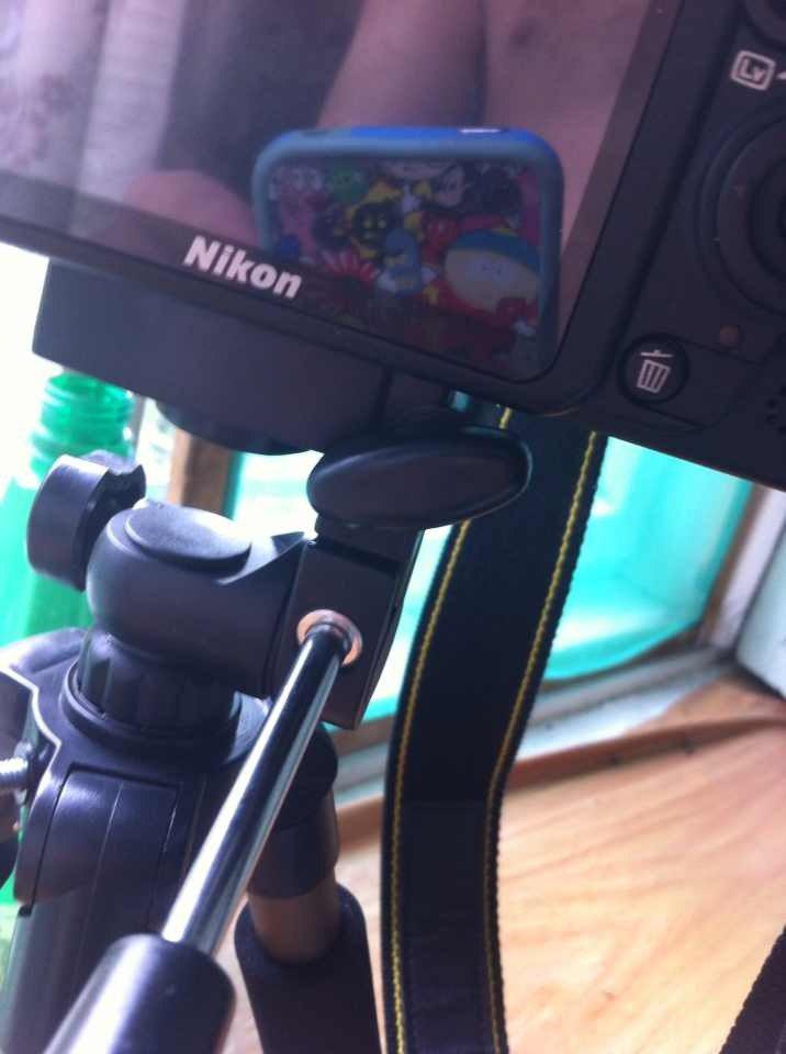 На фото видно, что если повернуть фиксатор ( ну или кому как удобно), то он заденет фотоаппарат.