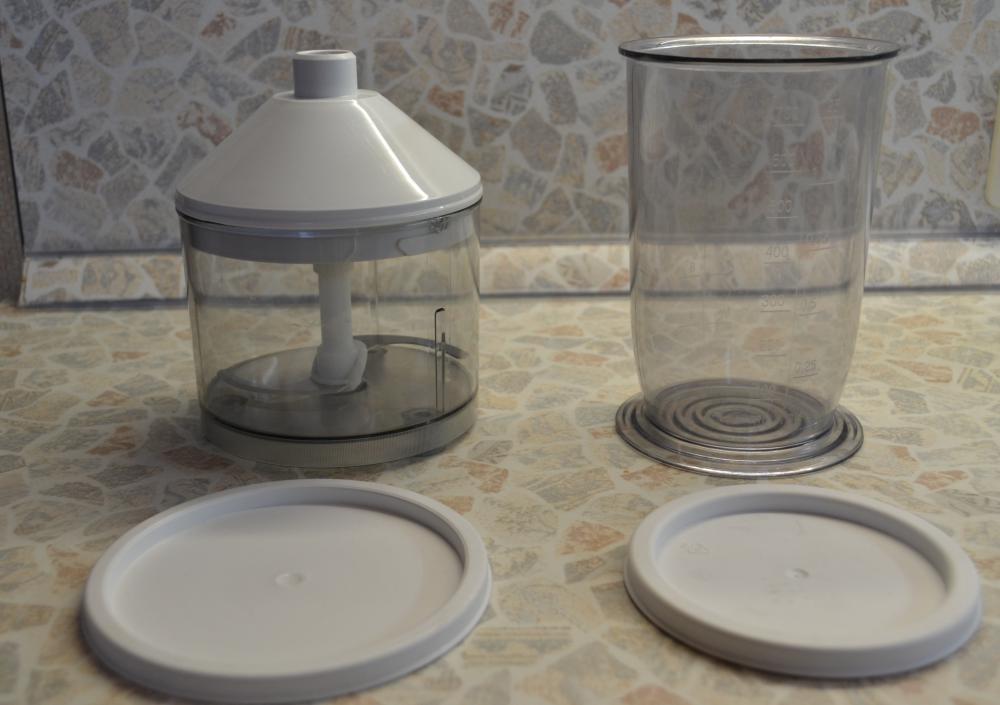 у стаканов есть крышки, что позволяет даже хранить в них продукты