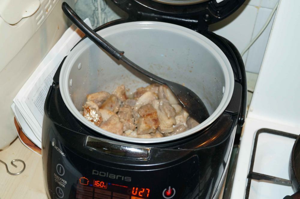 """в режиме """"жарка"""" обжариваем мясо, лук, морковь"""