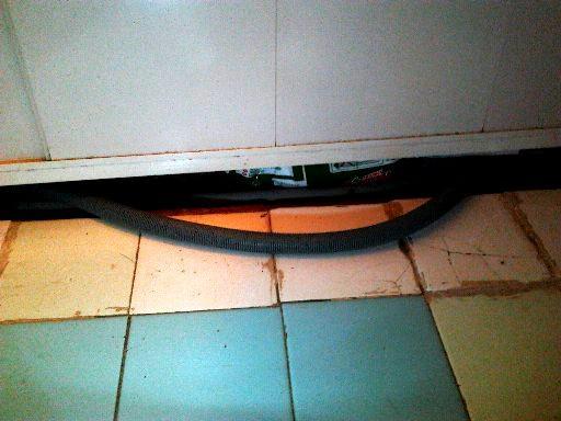 шланг под ванной