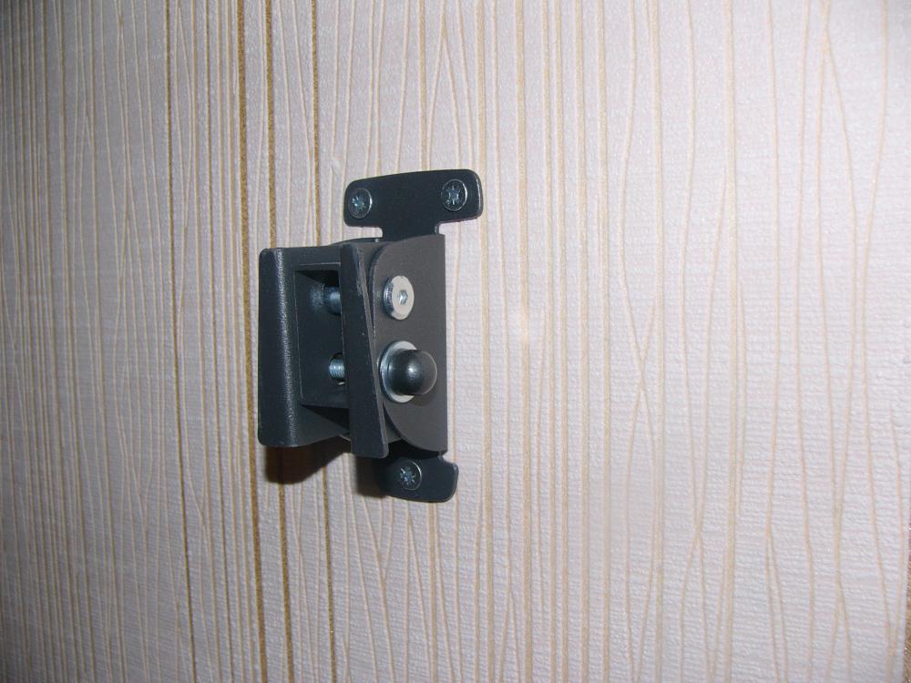 Крепление к стенке тремя саморезами на 8.