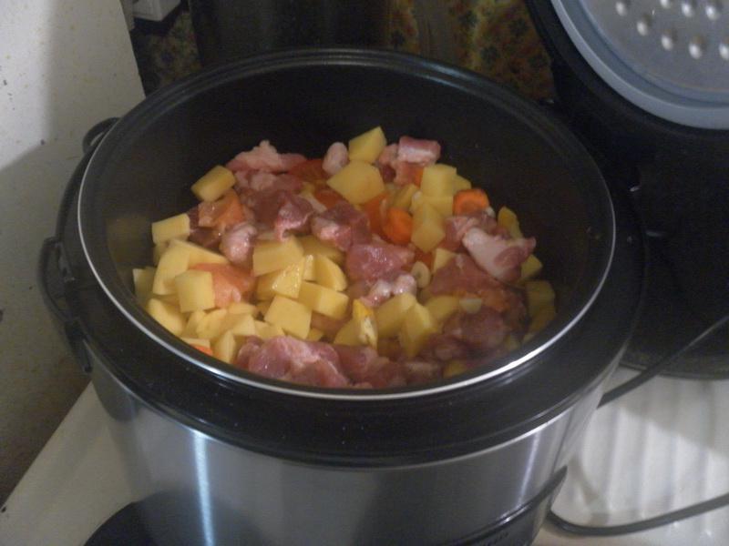 Мясо и овощи нарезать и загрузить.