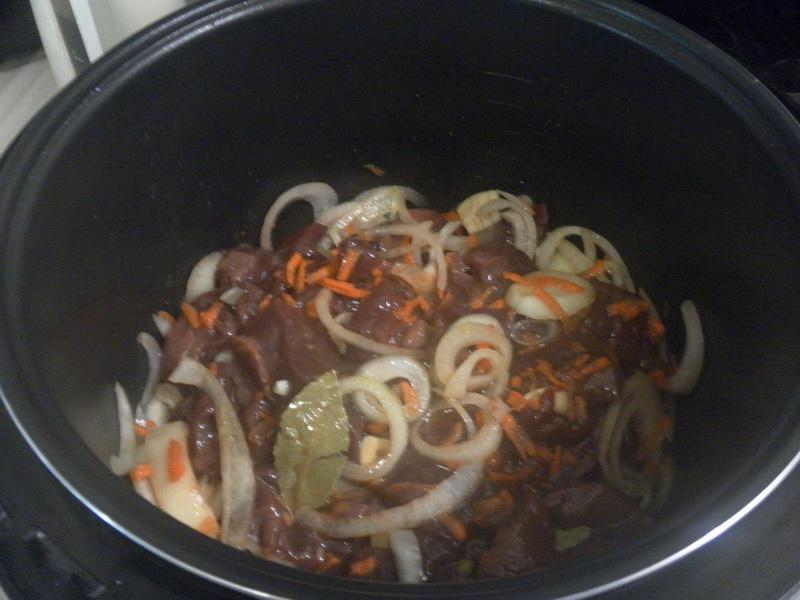 нарезать и загрузить печень и овощи