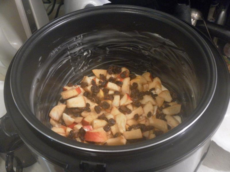 Налить на дно чаши немного теста и выложить яблоки, можно добавить изюм.