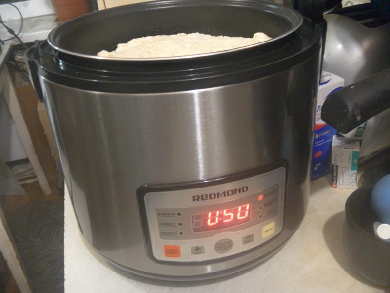 Поставить чашу в мультиварку и установить режим выпечка/хлем на 50 мин.