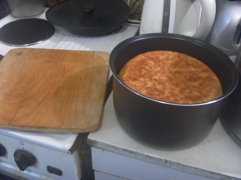 С помощью доски хлеб перевернули.