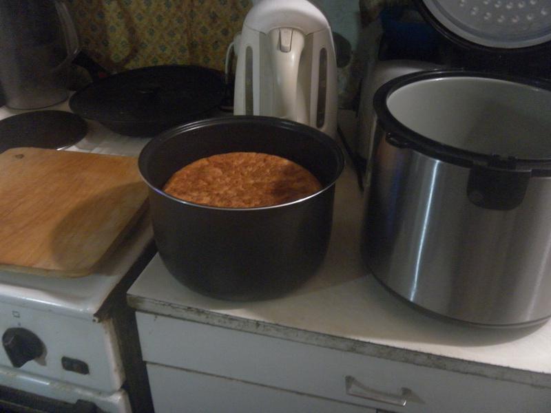 Вынимаем щипцами горячую чашу из мультиварки.