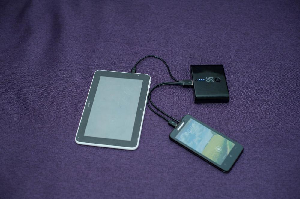 Зарядка двух устройств с помощью DF Energy-03