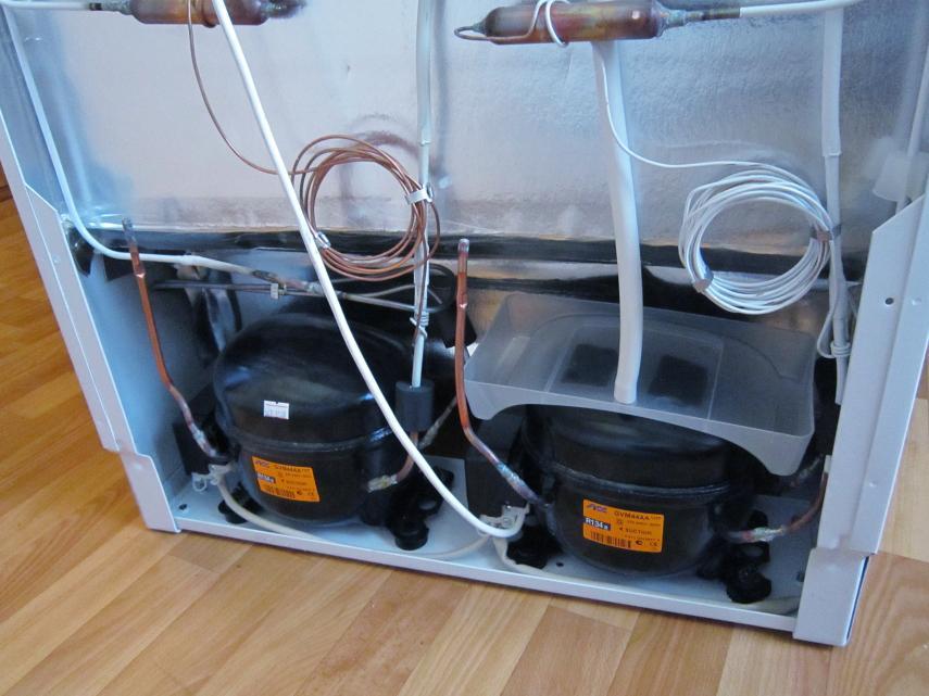 Два компрессора, на правом капельная система разморозки.