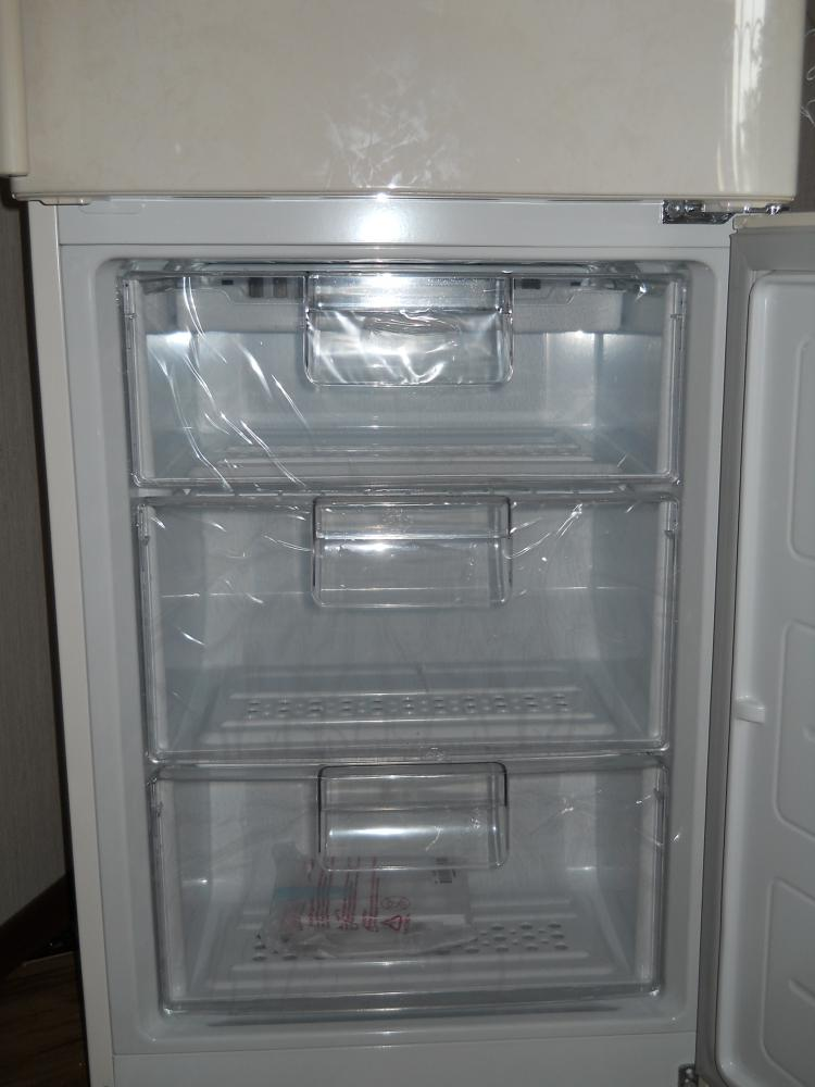 Морозильная камера большая на 105 ,3 ящика сделана из прочного пластика.
