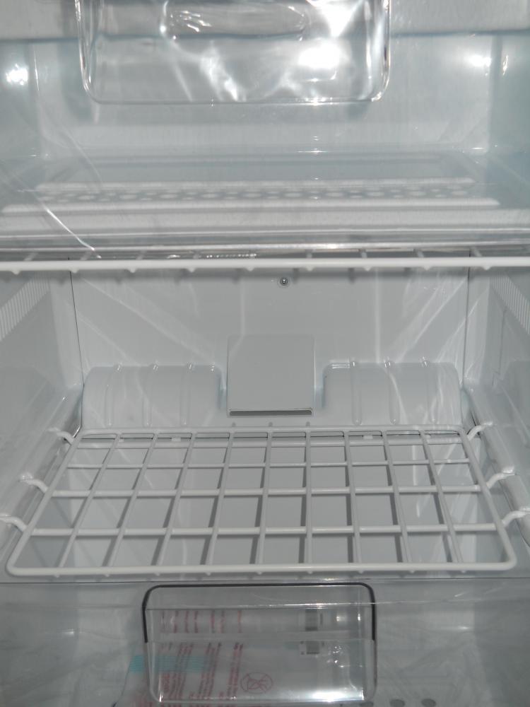 Ящики вставляются в пазы и удобно выдвигаются.Полки под ящики сьемные решетки металлические в пластике.