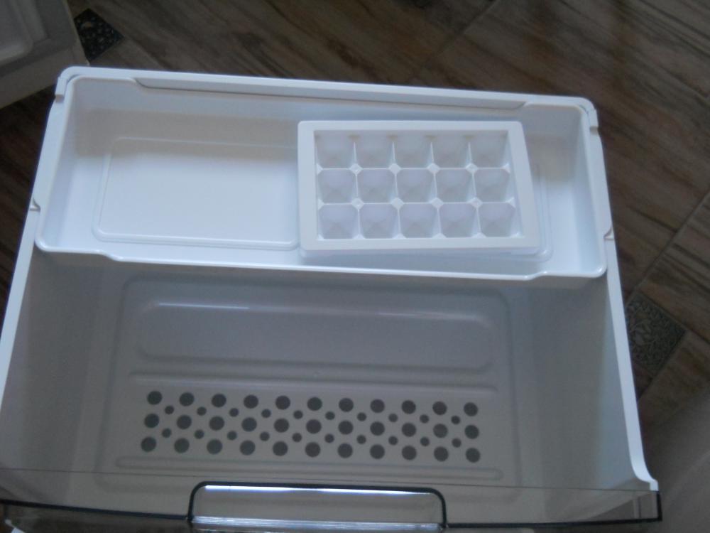В верхнем ящике в морозильной находится поддон для пельменей или ягоды,имеется лоток для льда.
