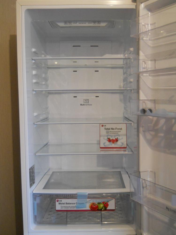 В холодильном отделении 4е переставляемые полки из закаленного стекла,зоны свежести нет,Внутри много пространства для продуктов.Ящик для овощей удобный и сделан из прочного пластика.
