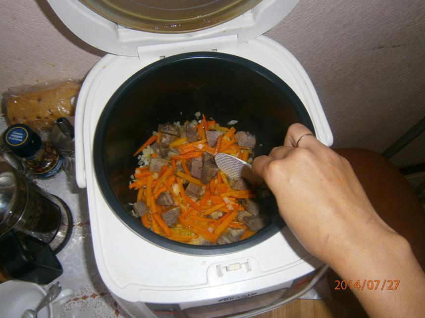 Жарим мясо с луком и морковью