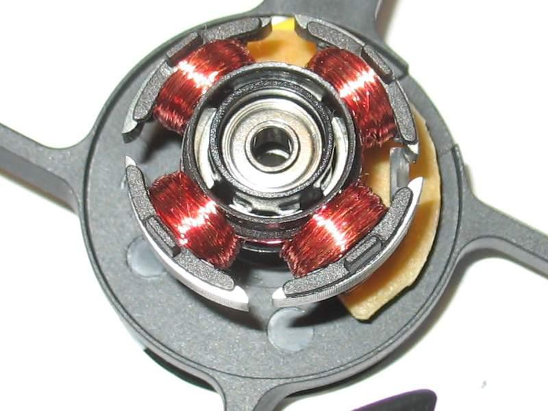 В корпусе вентилятора подшипники качения закрытого типа