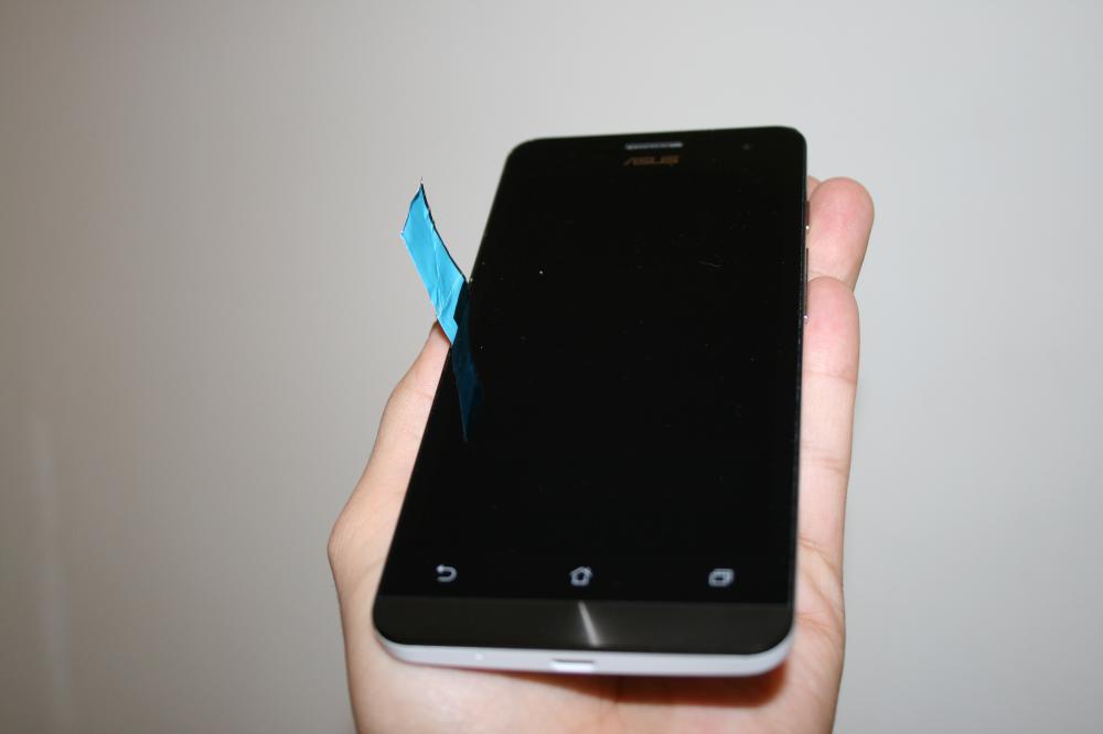 в щель между экраном и корпусом можно вставить тонкую бумагу.
