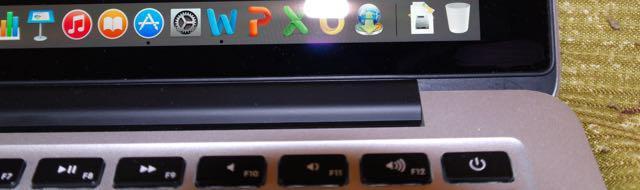 Бортик вокруг экрана кажется создает вакуум, хотя наверно дело в магнитах