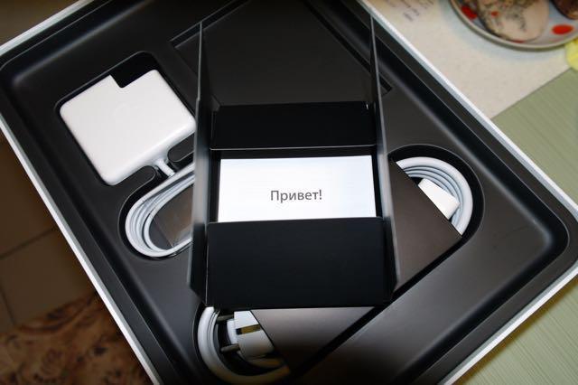 Под ноутбуком шнур и руководство пользователя