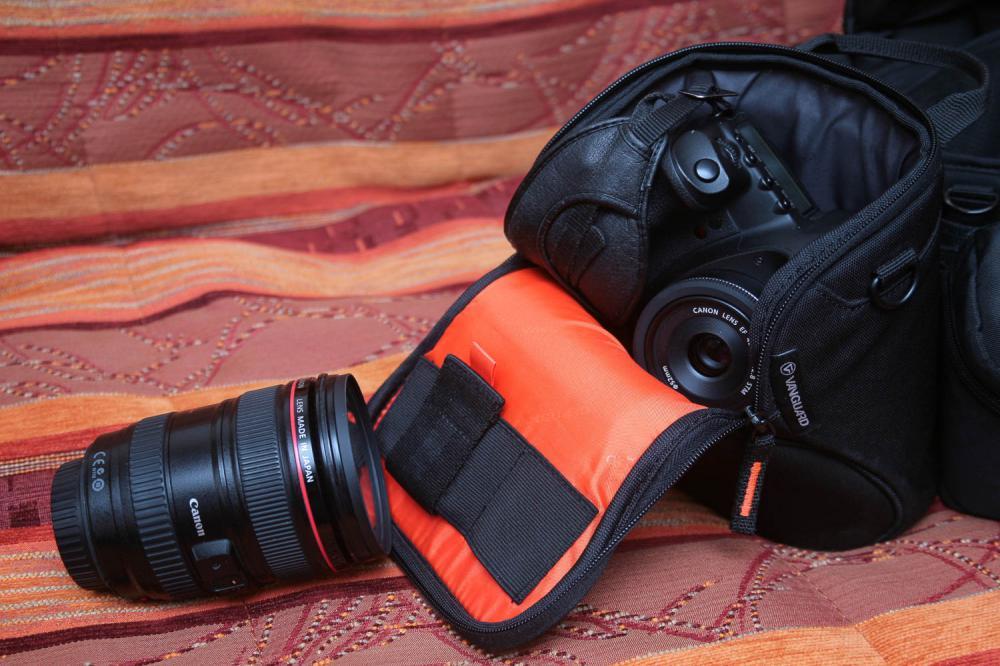 Камера с объективом в поясной сумке, рядом 24-105\4 для масштаба