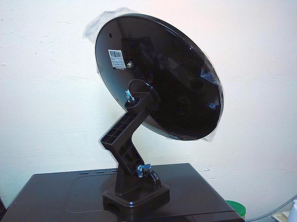 Телевизионная антенна ROLSEN RDA-500 устойчиво стоит на поверхности