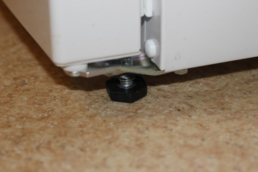 регулируемая по высоте ножка холодильника