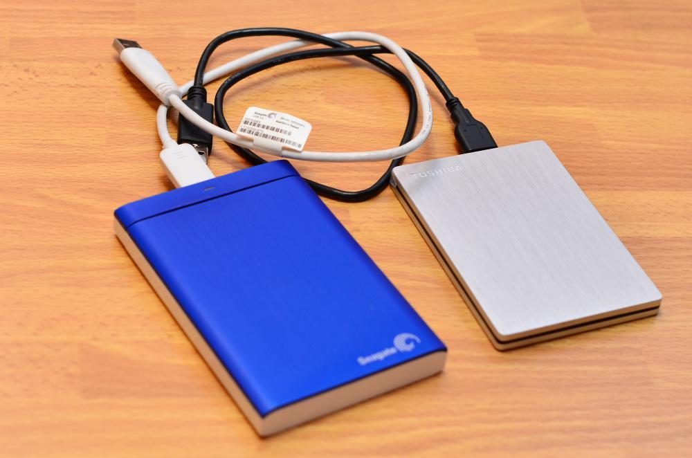 Сравнение размеров жесткого диска Toshiba Stor.e Slim 500Gb и Seagate Backup Plus 1 Tb