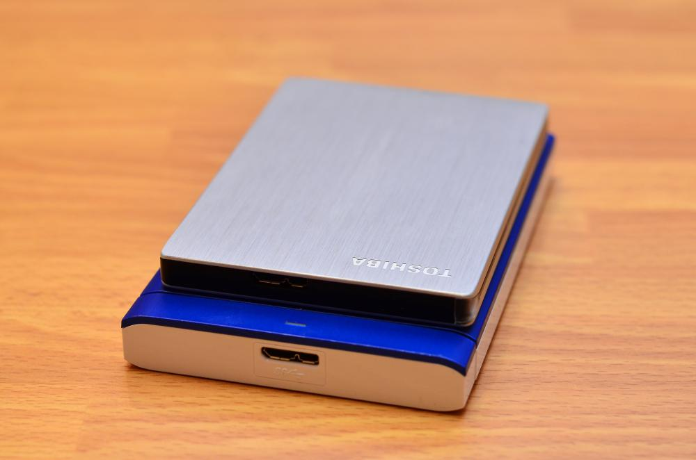 Размеры жестких дисков Toshiba Stor.e Slim 500Gb и Seagate Backup Plus 1 Tb анфас
