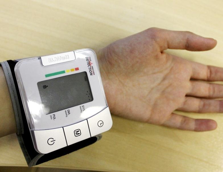 тонометр на руке