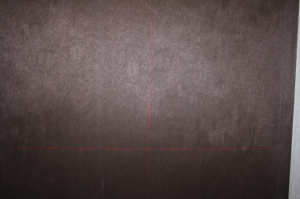 Достаточно хорошо видны линии на темной поверхности.