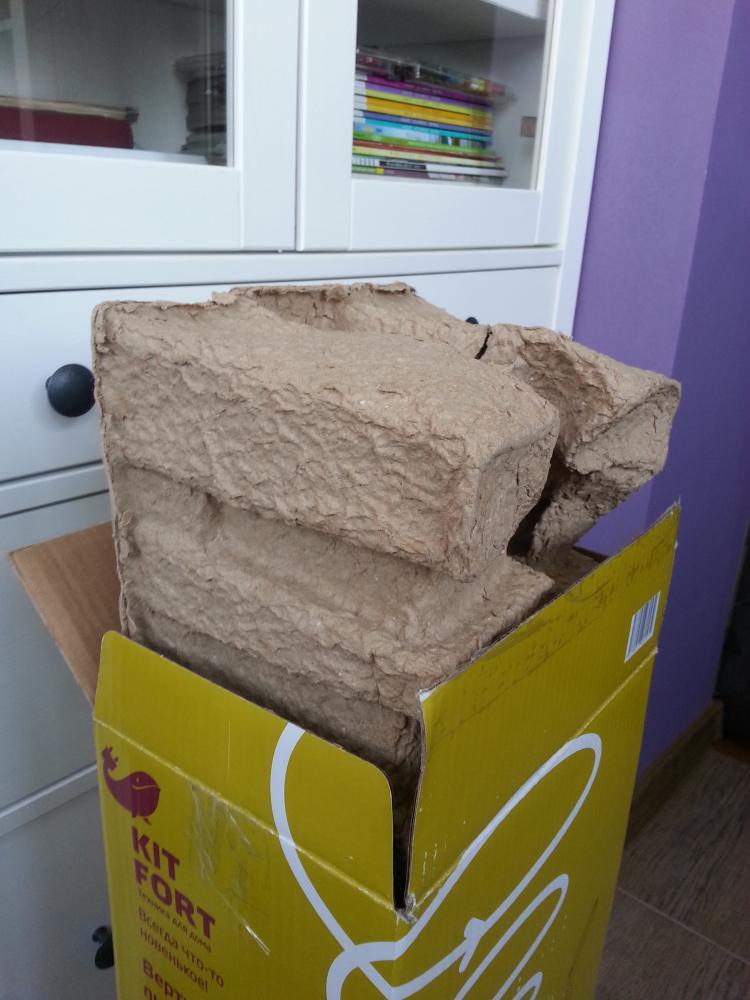Сам пылесос запакован не как обычно в пенопласт, а в переработанную бумагу, оно конечно хорошо для экологии, но по мне мене надёжно, да и рвётся при вынимании легко.