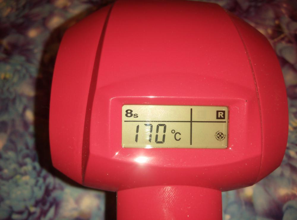 Lcd дисплей отображает выбранную температуру, это 170, 190 или 210 градусов, таймер на 8, 10 или 12 секунд, направление локона-правое или левое, и круглый значок это постоянно работающая ионизация.