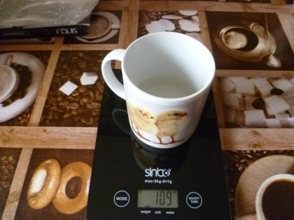 Здесь вес только воды без тары. В общем весами очень довольна.Надеюсь мой обзор поможет кому нибудь.