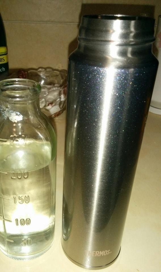 Термос рядом с мерной бутылочкой