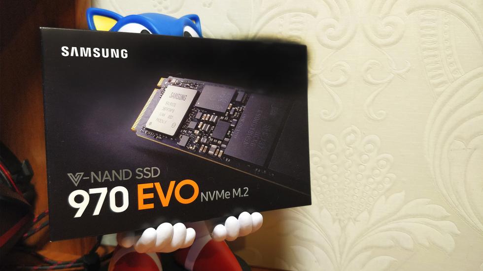 Фигурка Соника держит на своих руках коробку от Samsung 970 evo