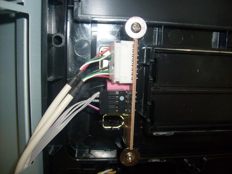 Разъемы на передней панели изнутри надежно закреплены саморезами