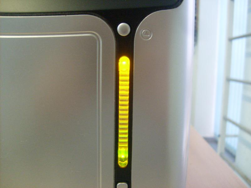 Индикатор активности жесткого диска - желто-оранжевый