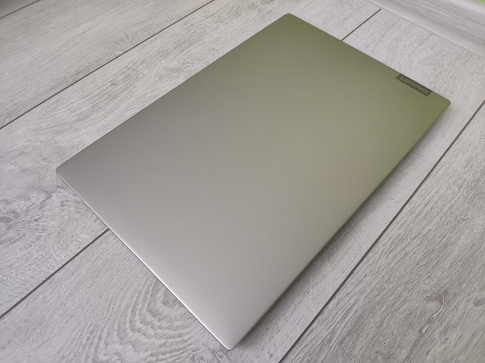 Вид ноутбука с закрытой крышкой