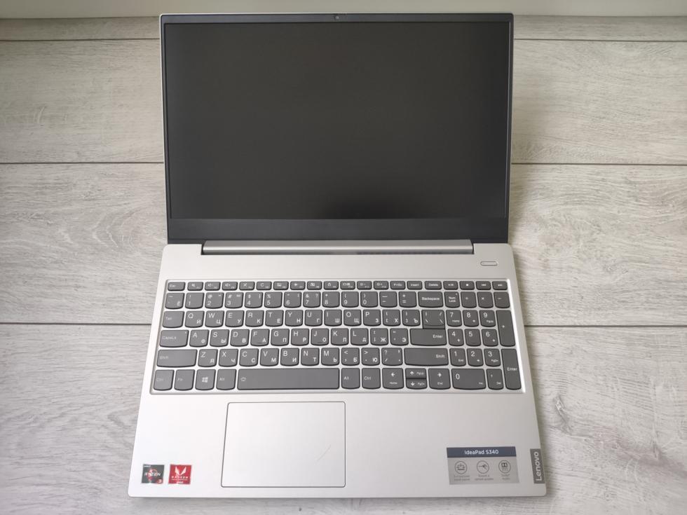 Вид ноутбука с открытой крышкой