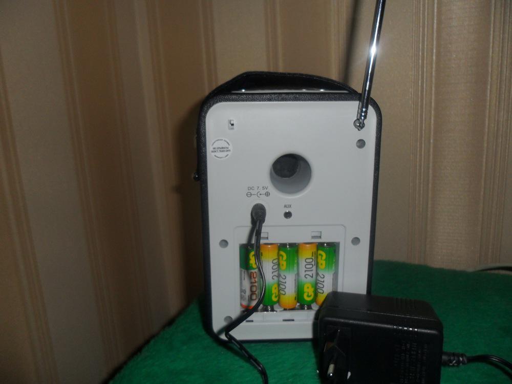 приемник сзади где видны батарейки и зарядное устройство