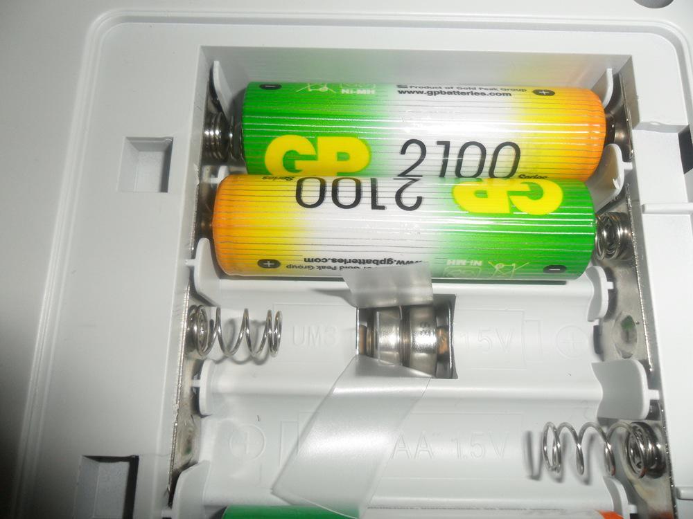 отсек батареек где видны маленькие батарейки для часов